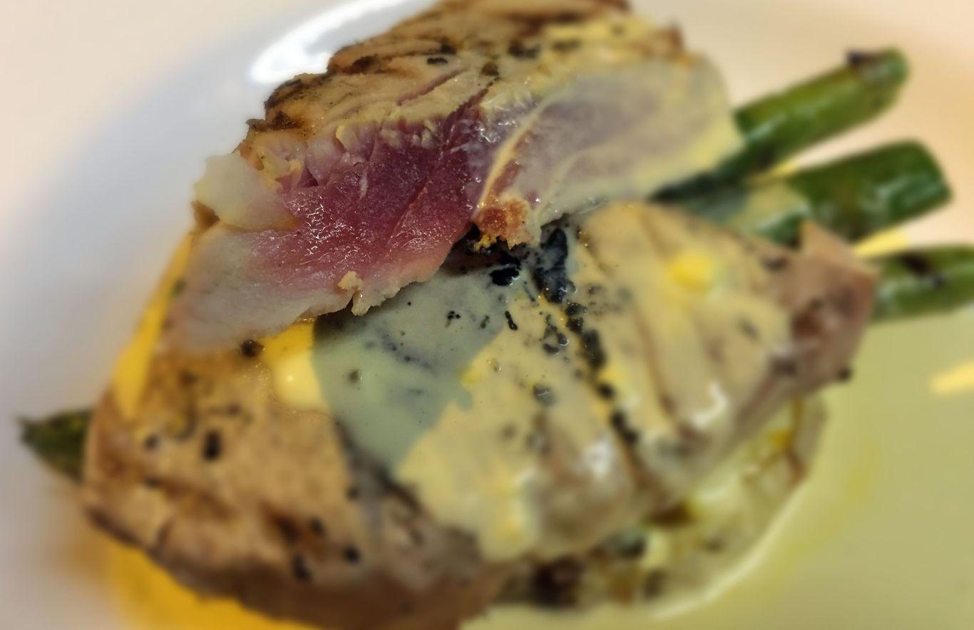 Rare tuna and hollandaise. Photo SE
